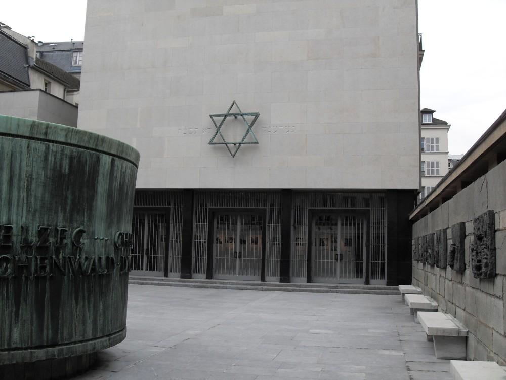 Paris_Marais_Memorial_de_la_Shoah_cour